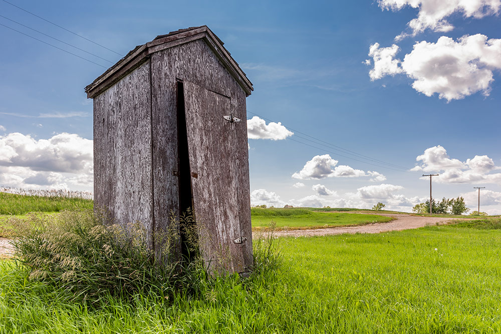 Off-grid water treatment outhouse